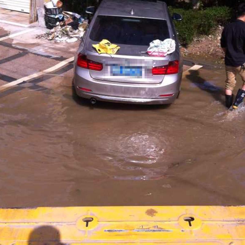 水灾困境救援拖车